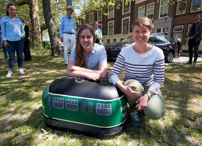 Maakster Janneke Hofman en initiatiefnemer Niki Hendriks bij de als hondekop beschilderde varkensrug.