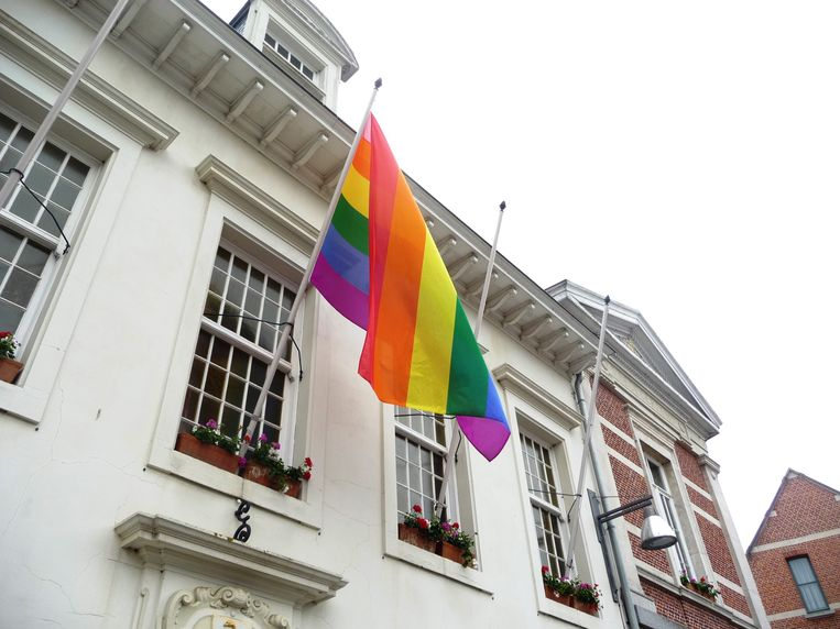 De regenboogvlag aan het gemeentehuis van Heist