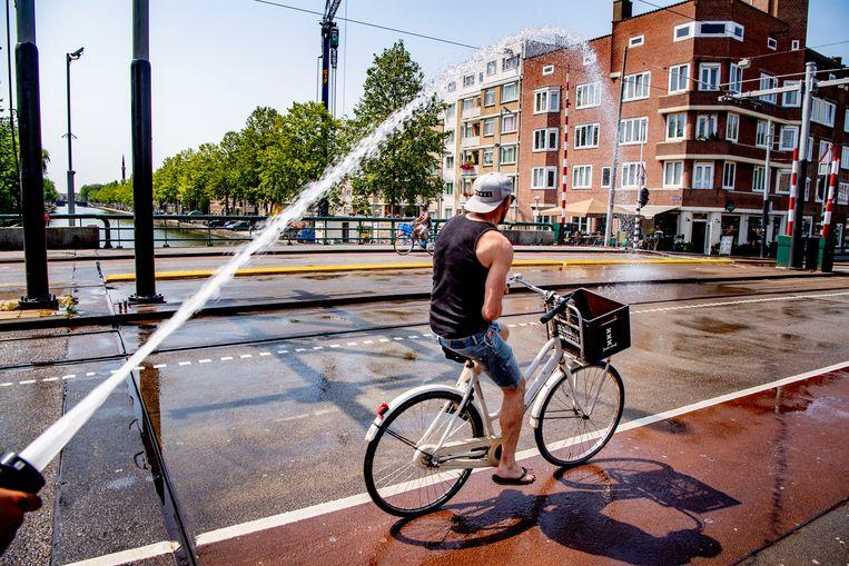 De Wiegbrug in Amsterdam wordt nat gehouden, 2019. Beeld ANP