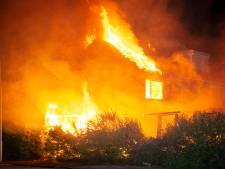 Grimmige confrontatie jongeren en politie bij grote brand in Wezep