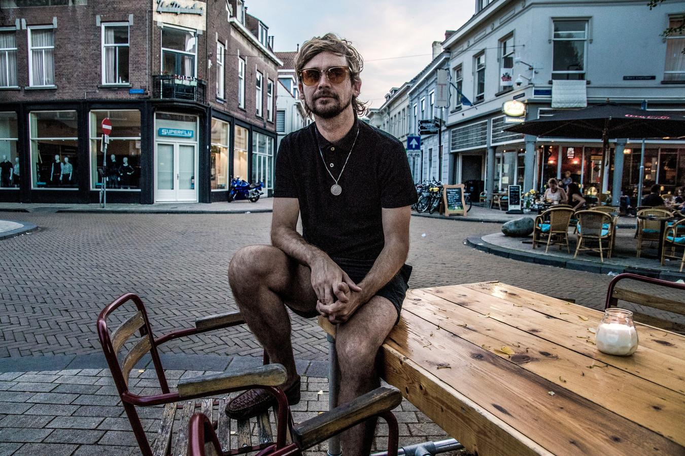 """Jeroen Opstelten alias Ben Penn op de Vijfsprong. """"Tilburg is één grote takkenzooi."""" Foto Jan van Eijndhoven"""