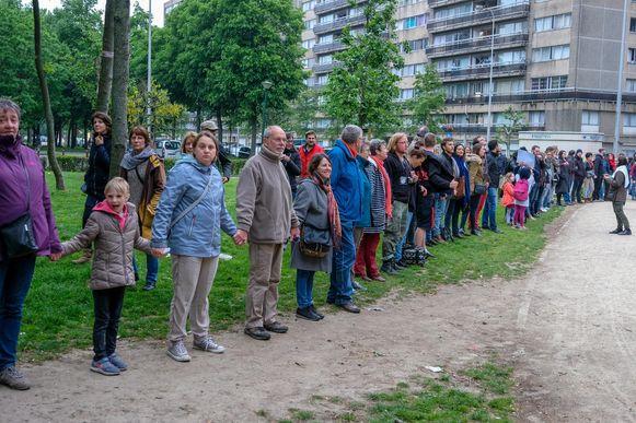 De actievoerders vormden een menselijke ketting van aan het Noordstation naar het Maximiliaanpark.