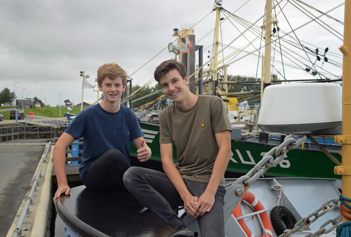 De 15-jarige Hugo Paagman en Jonathan van den Berge (r) hebben de frietkar gekocht. Ze krijgen hem pas volgende week.