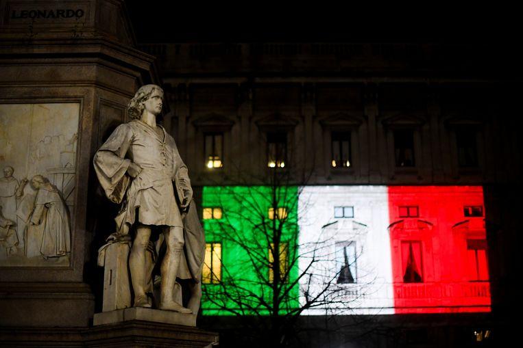 Het Palazzo Marino in Milaan, verlicht met de Italiaanse vlag om de Italianen een hart onder de riem te steken. Beeld REUTERS