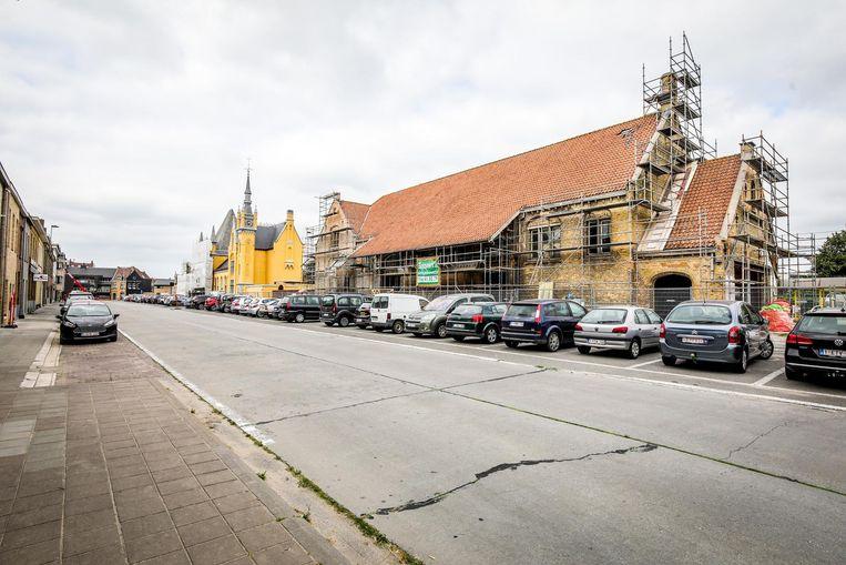 Het stationsgebouw in Veurne staat nog steeds in de stellingen.