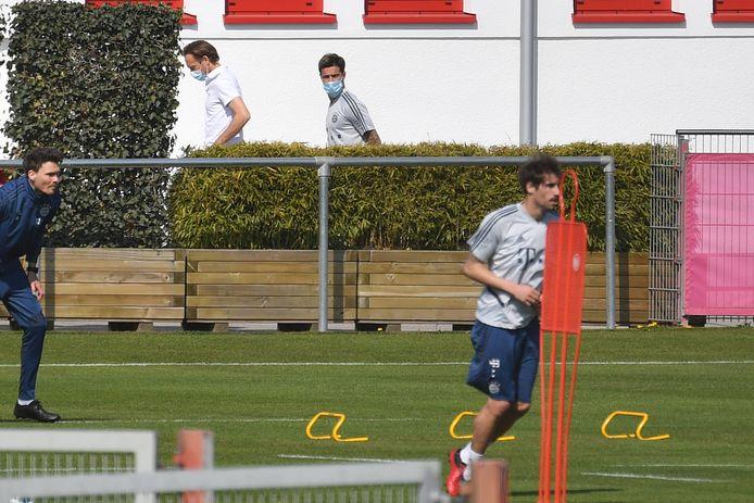 Coutinho komt met gezichtsmasker aan bij de training van Bayern München.