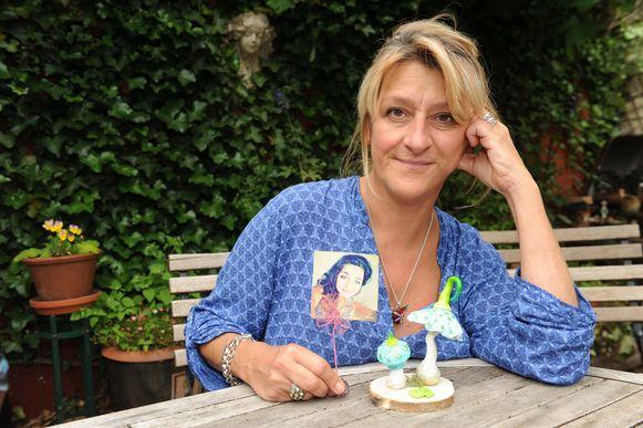 Carla Claeys met een foto van haar overleden dochter Charlotte.