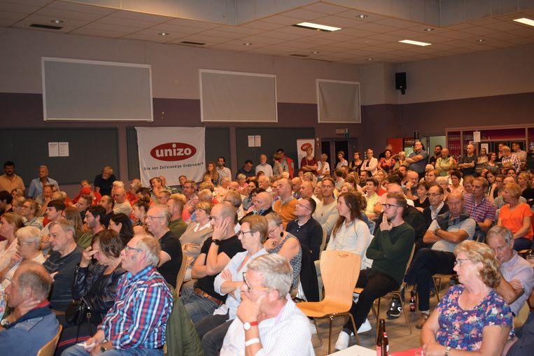 Een vol CC De Brug tijdens het verkiezingsdebat. De zaal is volgens velen dringend aan renovatie toe.