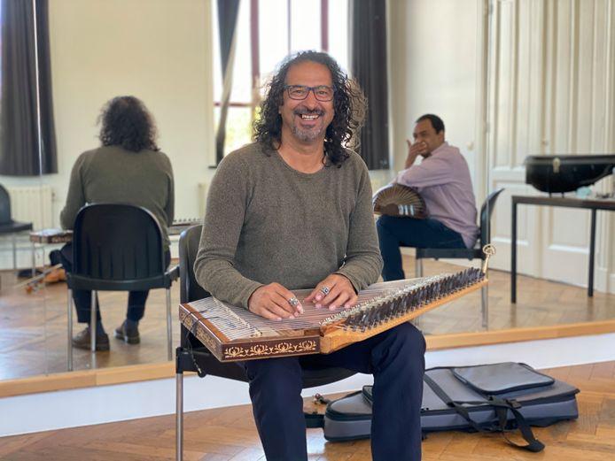 Osama Abdul Rasol repeteert vandaag met vijf andere muziekleerkrachten van De Centrale.