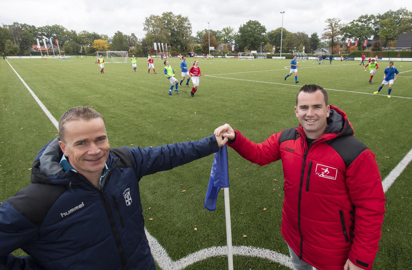 Koen te Lintelo (jeugdvoorzitter VV Rietmolen, links) en collega Ruben Schuurman (VV Lochuizen) benadrukken  dat een fusie niet aan de orde is.