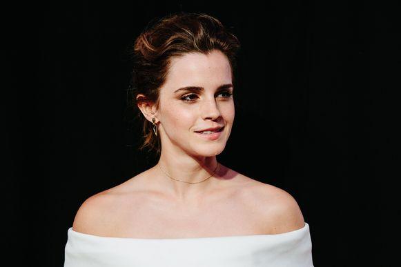 """Emma Watson heeft voorlopig geen man nodig aan haar zijde. De actrice, die in april de 30 aantikt, zegt """"happy single"""" te zijn."""