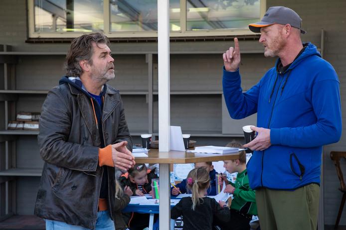 Rutger Janssens (wijkmanager Rosmalen, Vinkel en Nuland) van Gemeente Den Bosch luistert naar David Jan Niekamp die het heeft over het doel van de gesprekken.