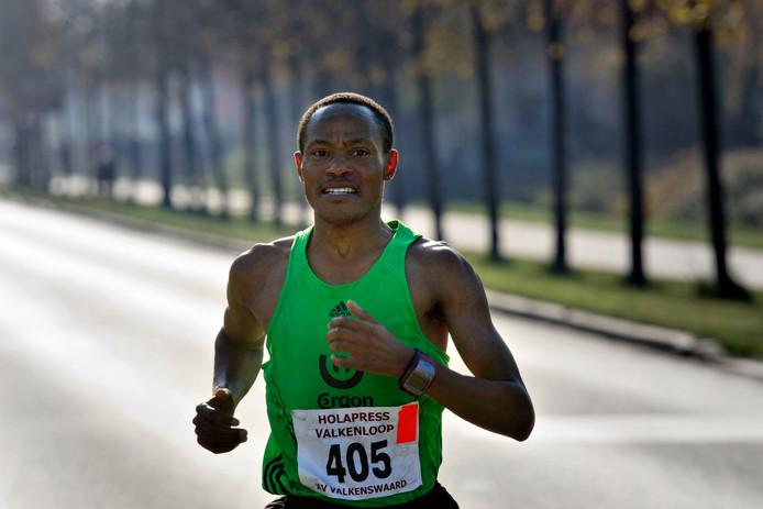 Timothy Karanu heeft de Vescom halve marathon van Deurne gewonnen.