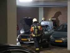 Geparkeerde auto beschadigd na brand