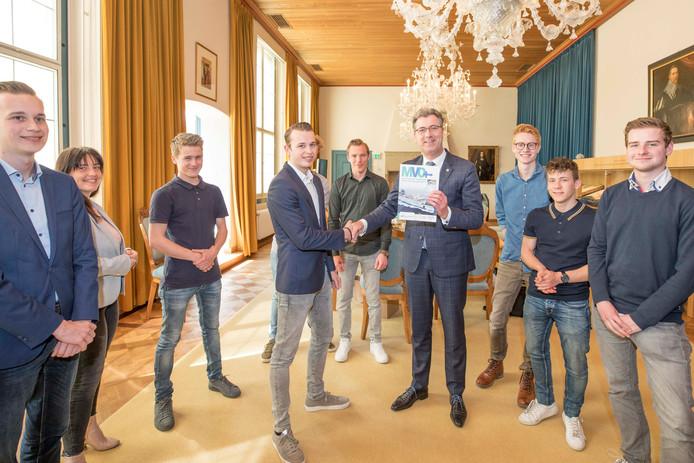 Gedeputeerde Harry van der Maas nam deze week het magazine in ontvangst. Helemaal rechts staat Jordi van der Meijden , achteraan in het midden staat Bas van de Kruisweg.