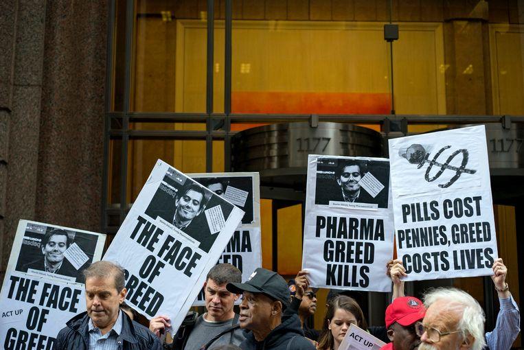 Mensen protesteren voor het kantoor van Shkreli in New York. Beeld ap