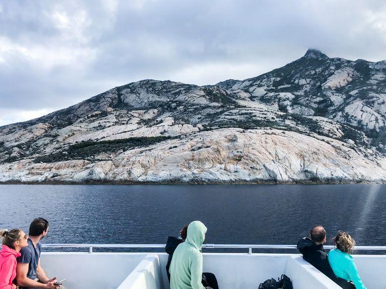 Een aantal van de eerste duizend toeristen ooit op Montecristo zien voor het eerst het eiland. Beeld null