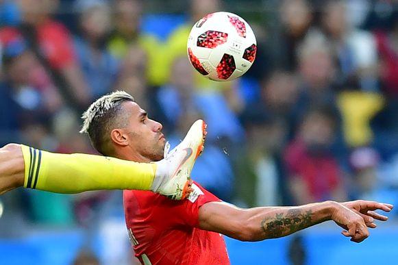 Berg probeerde de bal te beroeren met zijn voet, Behrami met zijn hoofd.