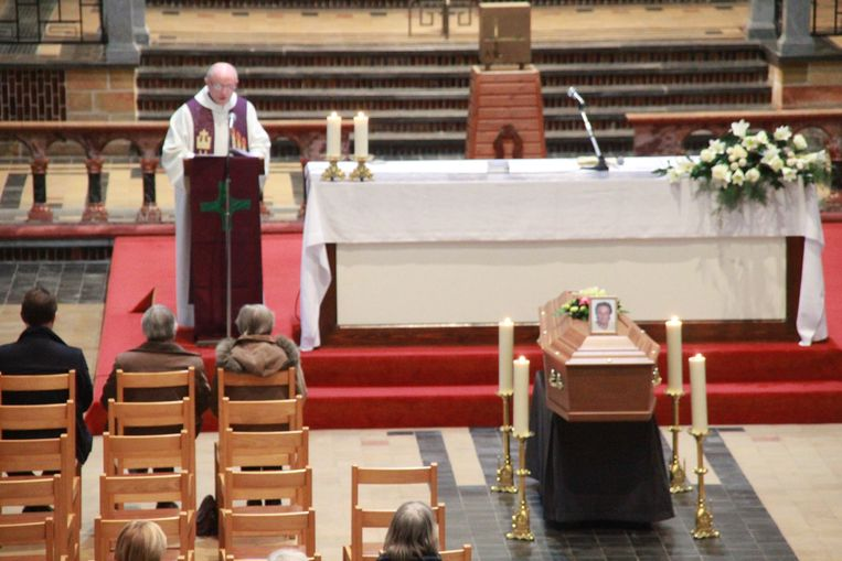 André Cardinael, de broer van het slachtoffer en tevens priester in Komen, las een ontroerende tekst voor voor zijn zus.