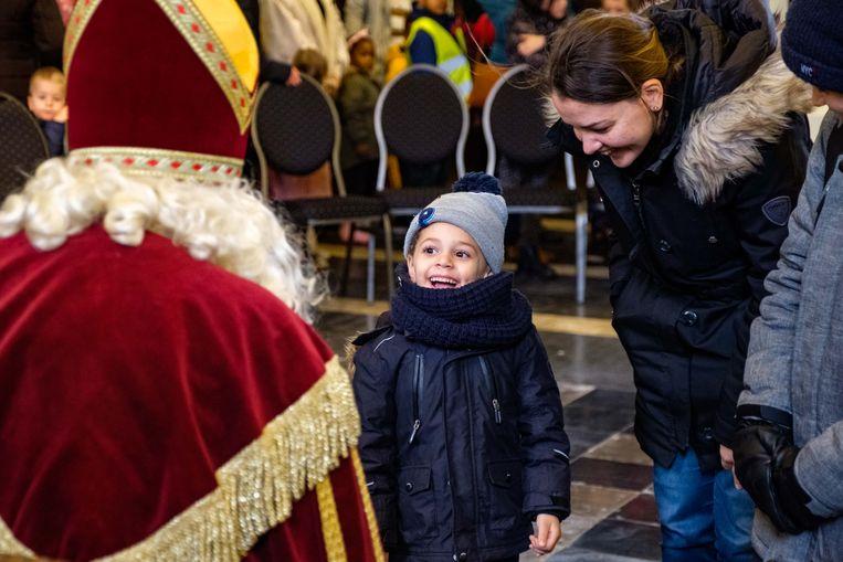 Deze koter is wel heel erg blij om Sinterklaas te zien.