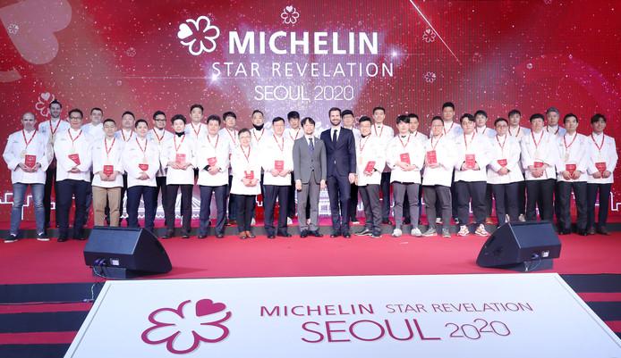 Des chefs prennent la pose lors d'une cérémonie pour la publication du guide 2020 dédié à Séoul, le 14 novembre dans la capitale sud-coréenne