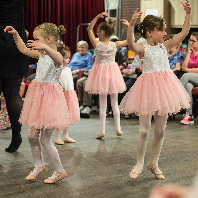 Leerlingen van Balletstudio Tamara geven een voorstelling voor de ouderen van verzorgingscentrum de 7Schakels.