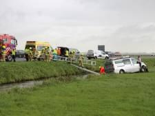 Busje 'vliegt' over sloot langs A28