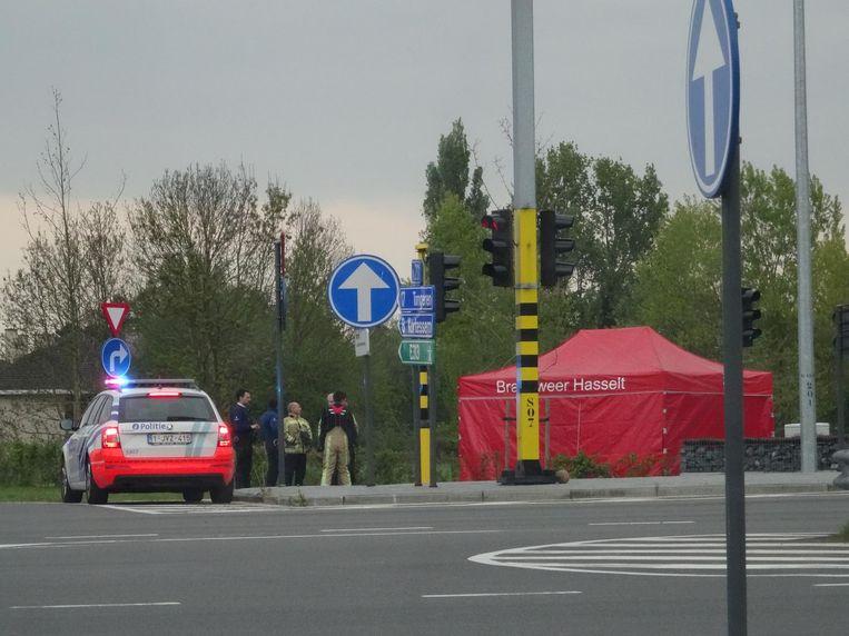 De bejaarde fietser overleed op het fietspad aan het kruispunt.