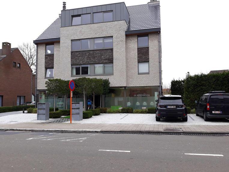 Deze parkeerplaatsen in de Sint-Bernadettestraat, vlak bij de slagerij, zijn volgens het parket illegaal.