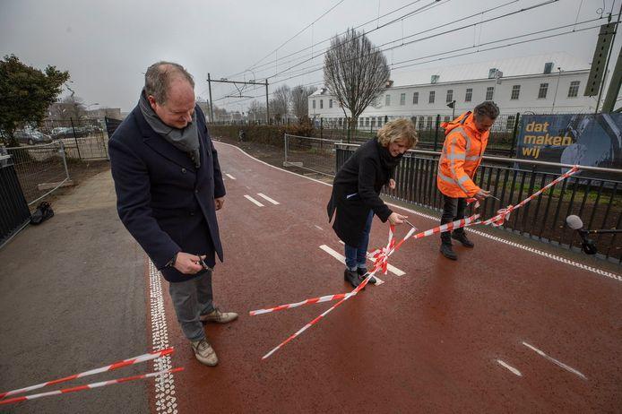 Wethouder Antoinette Maas van de gemeente Helmond opent samen Henry Gerlings (r) van Heijmans en Erwin Ploegmakers van aannemersbedrijf FPH (l) het nieuwe fietspad en fietsbrug de Zwaaikom in Helmond.