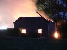 Brand verwoest schuur in Walsoorden. Dak ingestort, wegen afgesloten