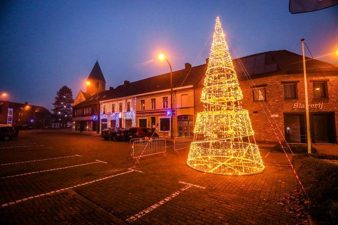 Op de Markt van Ichtegem staat een nieuwe kerstboom.