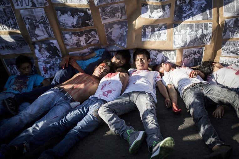 Elk jaar op 2 oktober herdenken studenten het bloedbad dat onder studenten in Tlateloco in Mexico Stad werd aangericht. In 1968 werden er tussen de 30 en 300 studenten door het leger vermoord. De protesten hebben nieuw vuur gekregen door de recente moord aan 43 studenten in de stad Iguala in de deelstaat Guerrero. Beeld Julius Schrank