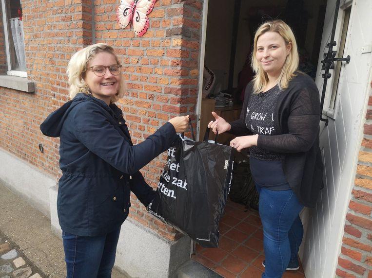Nathalie kwam zaterdag een zak met kleding overhandigen aan Stefanie.