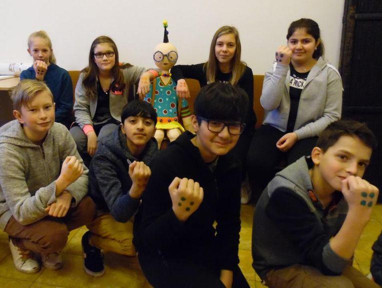 De leerlingen van klas 1B1 met de nieuwe schoolpop Lilly.