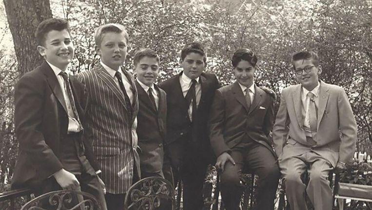 'Donny' Trump, tweede van links, met klasgenoten van de Kew-Forest School, eind jaren vijftig. Beeld .