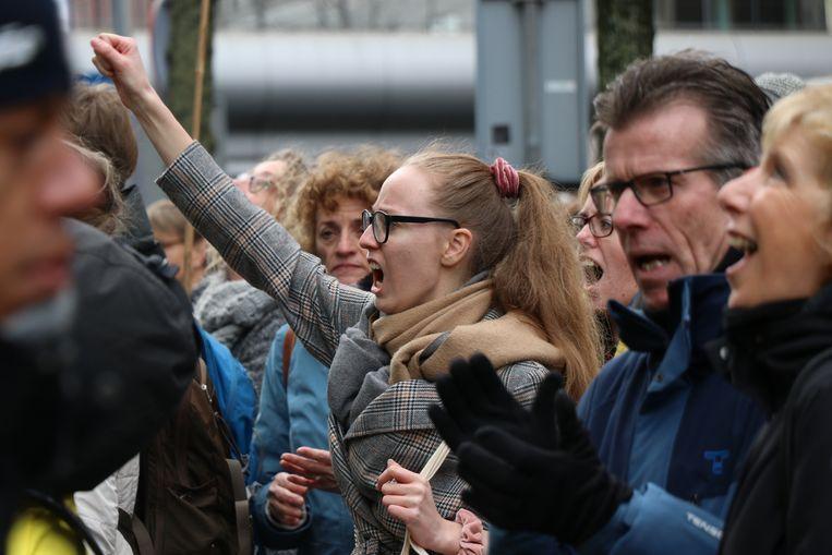 Een vrouw tijdens de demonstratie in Den haag, waar duizenden leraren bijeenkwamen om meer geld en minder werkdruk te eisen. Beeld Fouad Hallak