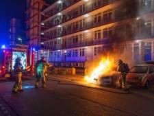 Auto brandt uit voor flat in Apeldoorn, buurt wilde die al laten wegslepen