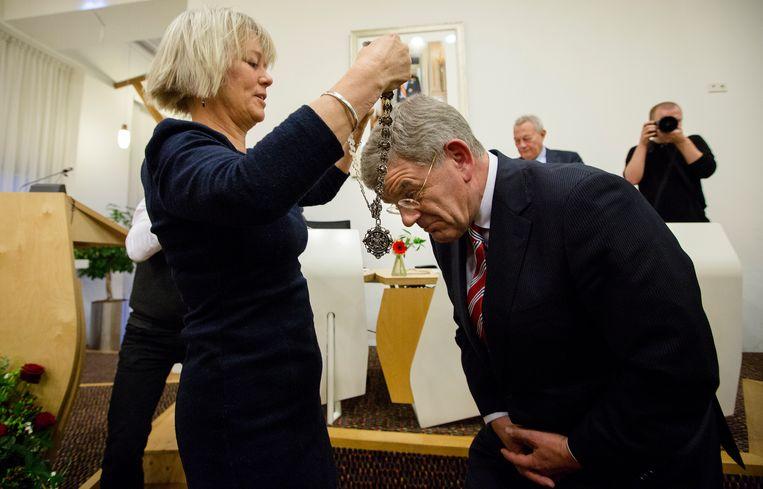 Loco-burgemeester Mirjam de Rijk overhandigt in 2014 de ambtsketen aan de nieuwe burgemeester van Utrecht Jan van Zanen.  Beeld ANP