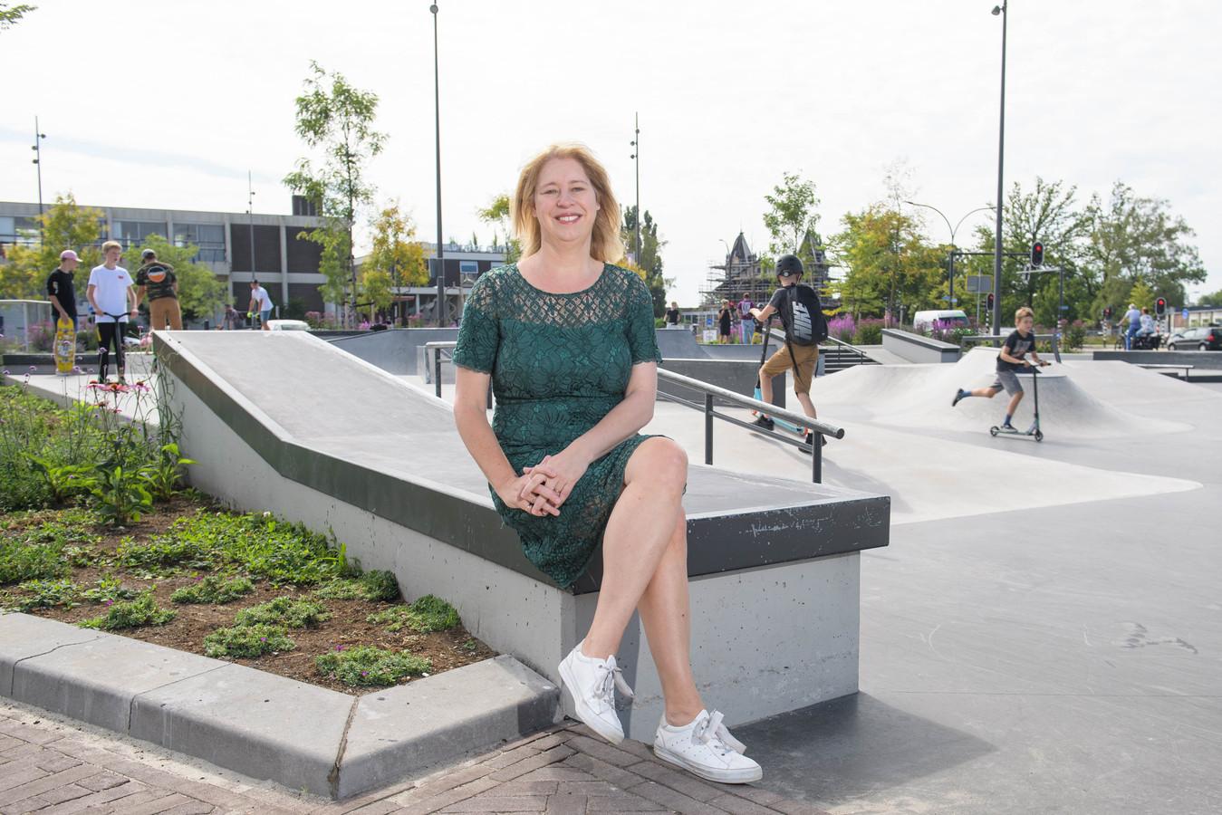 """Wethouder Mariska ten Heuw, bij de skatebaan achter het station, vlakbij de plek waar straks 60 woningen worden gebouwd: """"Dit is als het ware hét startschot voor de deelgebieden die volgen."""""""