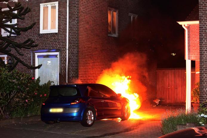 Een auto brandde uit naast een woning in Rijen.