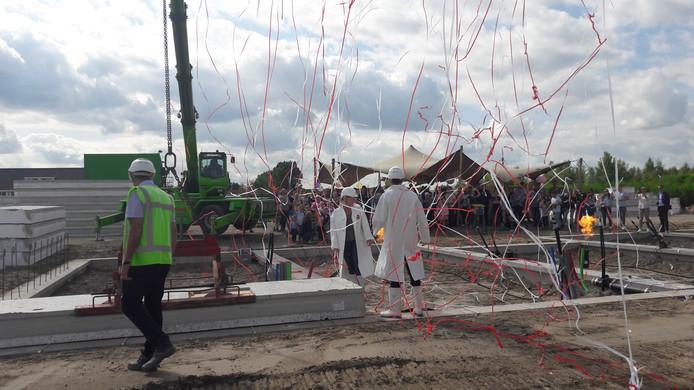 Met het leggen van een vloerplaat en rood-witte slingers werd het startsein voor de bouw van 43 woningen van fase 2 van Park Centraal gevierd.