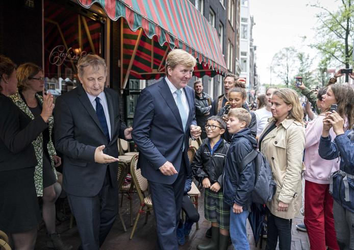 Ook bij het verlaten van Café de Eland biedt de arm van de koning ondersteuning.