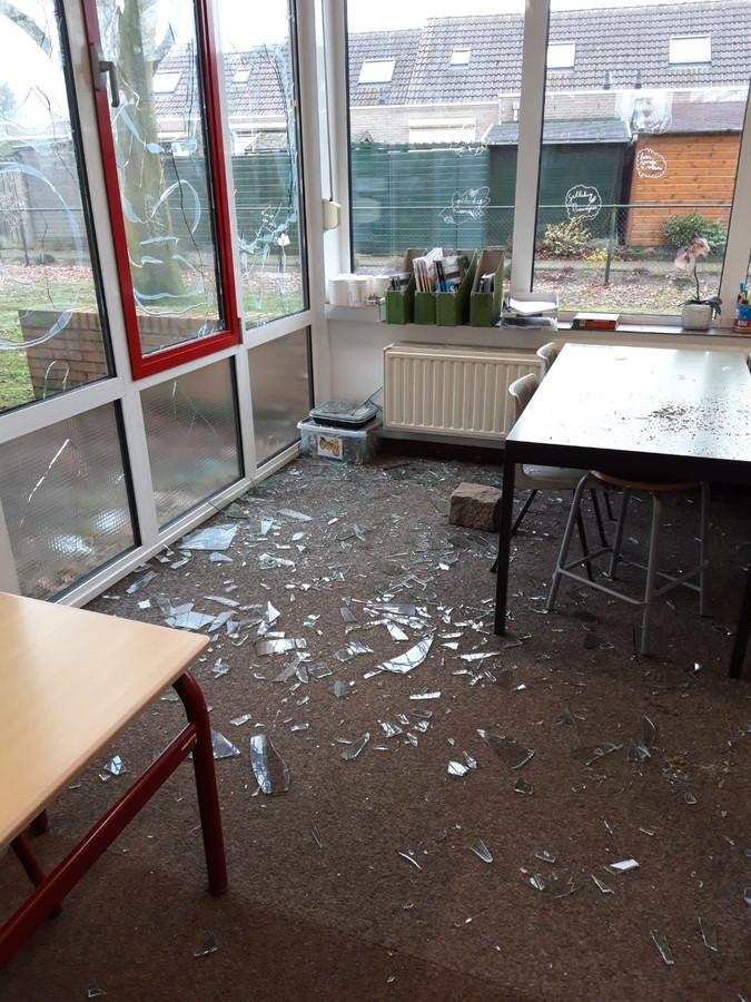 Grote keien waarmee de ruiten zijn ingegooid liggen in de klaslokalen.