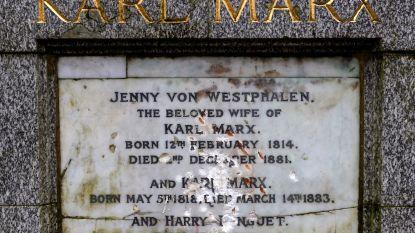 Vandaal gaat grafmonument van Karl Marx in Londen te lijf met hamer