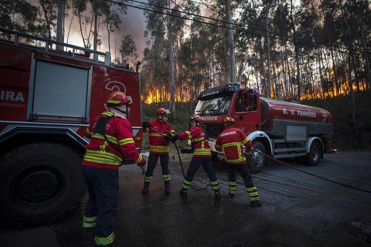 Brandweerlieden proberen het vuur onder controle te houden in de buurt van Mosteiro, Noord-Portugal