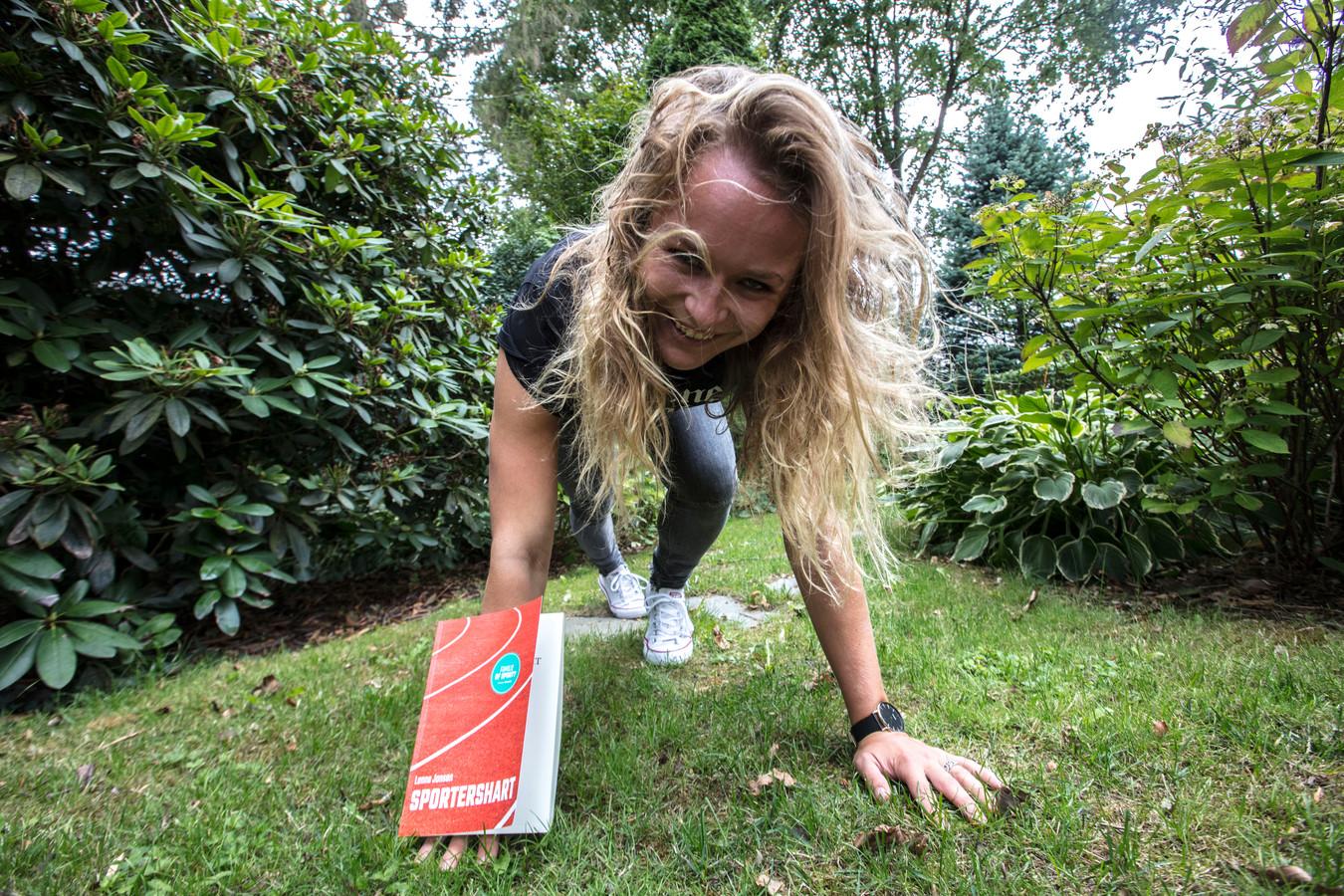 Lenne Jansen met haar eerst boek.