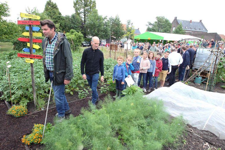Onder andere Wim Lybaert (l.) was op de opening van de schoolmoestuin.