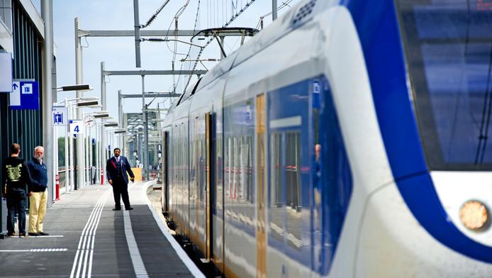 Het aantal gevallen van fysiek en verbaal geweld tegen reizigers en NS-personeel is opnieuw flink gestegen.