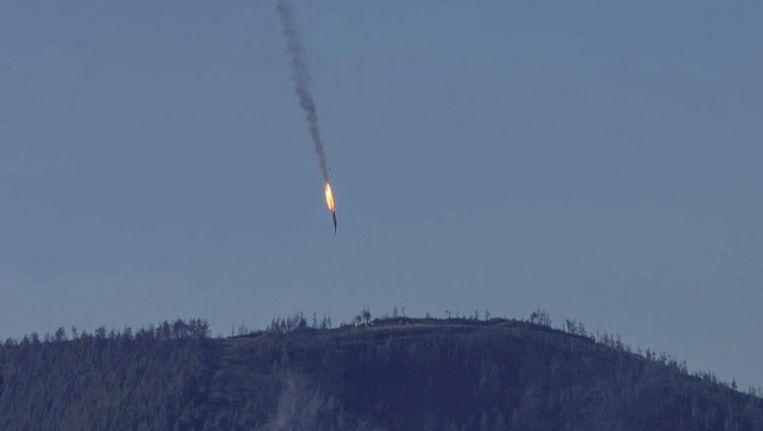 Het Russische gevechtsvliegtuig stort neer in de bergen ten noorden van de stad Latakia. Beeld anp